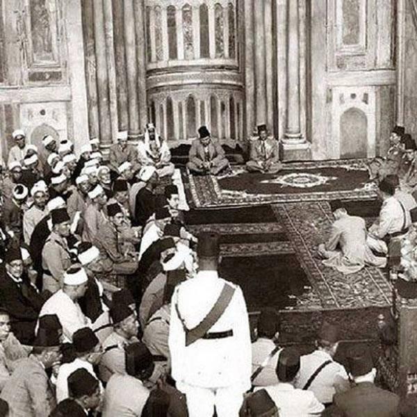 الملك فاروق فى احتفال المولد النبوى فى احد مساجد القاهرة