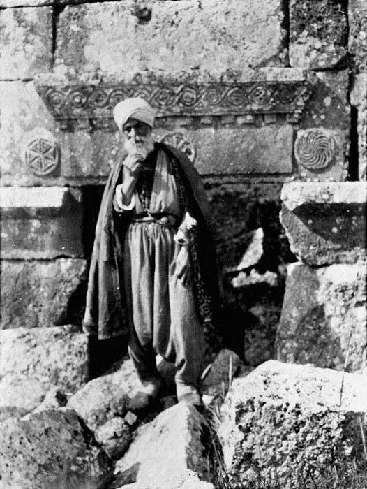 رجل مسن في قرية سرجيلا الأثرية في جبل الزاوية شمال سوريا عام 1900